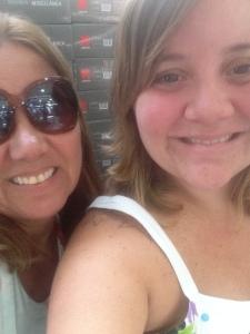 """Minha mãe é muito moderna, disse pra tirarmos uma """"selfie"""". Está aí nossa selfie"""